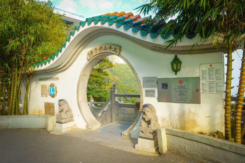 HONG KONG, CHINA - MEI 07, 2017: De mooie witte die deur gaat van een leeuwenclub in Hong Kong City wordt gevestigd binnen royalty-vrije stock afbeeldingen