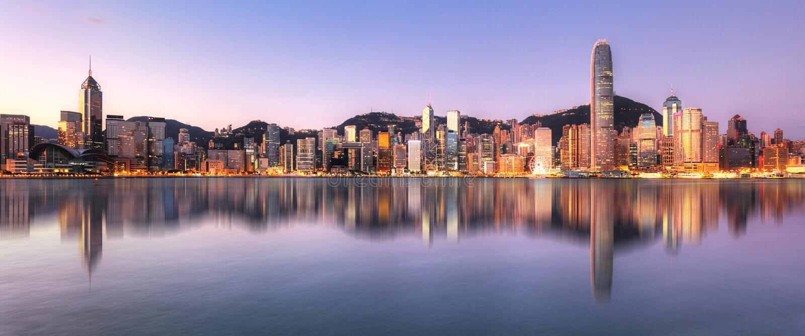 Hong Kong, China skyline door Victoria Harbour stock foto