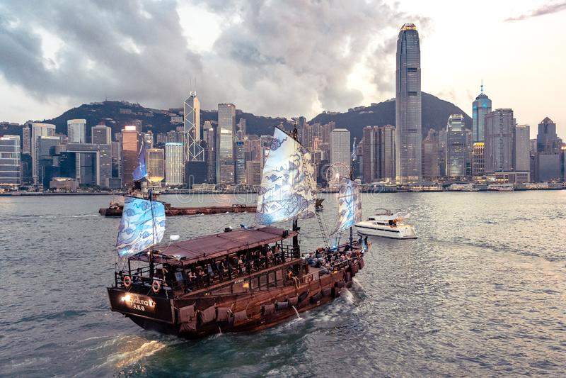 Hong Kong, China - Toeristenboot die de haven van Kowloon kruisen aan Hong Kong-eiland royalty-vrije stock fotografie