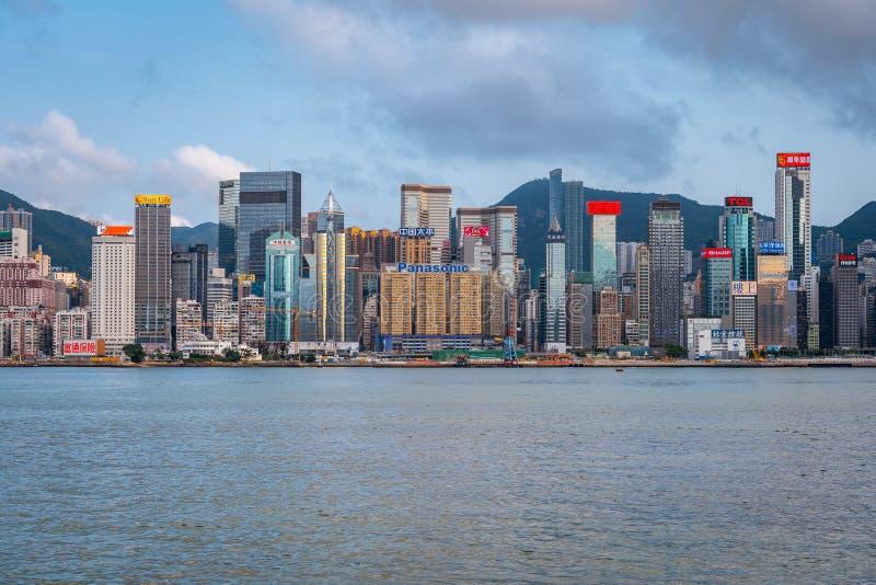 Hong Kong, Chine - horizon de ville à travers le port photo stock
