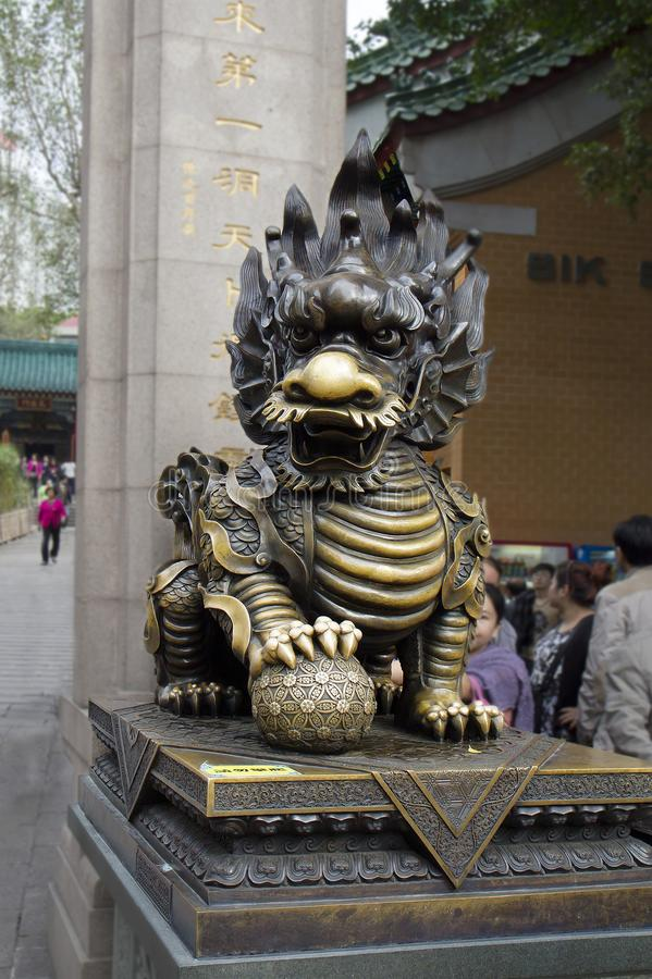 Hong Kong, Chiny, Brązowa rzeźba lew na terytorium świątynny powikłany Wong tai grzech obraz stock