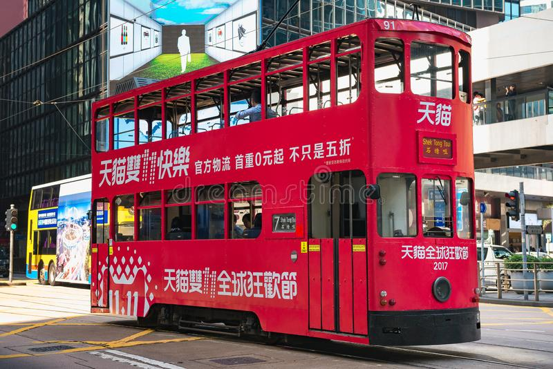 HONG KONG CHINY, Listopad, - 01 2017 Czerwony tramwaj na Hong Kong ulicach zdjęcie royalty free