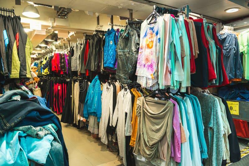 HONG KONG CHINY, Listopad, - 01, 2017 Odziewający w sklepie na Stanley rynku, sławny turystyczny miejsce przeznaczenia w Hong Kon obraz stock