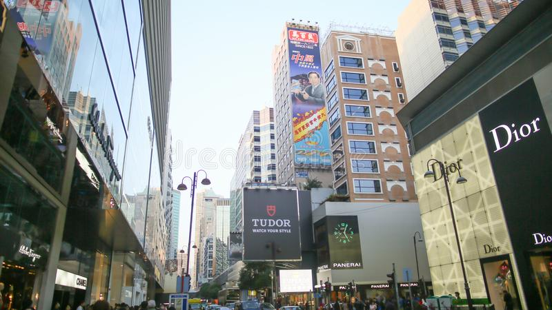 Hong Kong, Cina - 1° gennaio 2016: Vie centrali di Hong Kong billboards Centri commerciali e negozi di modo alto fotografia stock