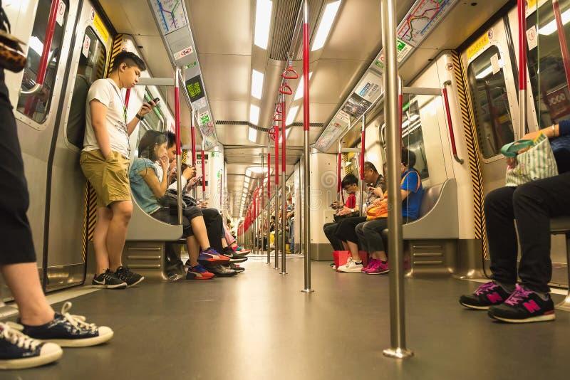 HONG KONG, CINA - 20 aprile 2018 Passeggeri in automobile ferroviaria di trasporto pubblico MTR a Hong Kong fotografia stock libera da diritti