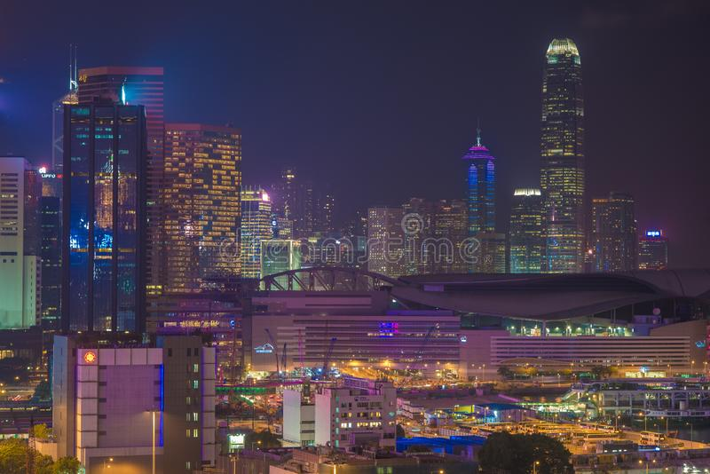HONG KONG, CINA - 23 APRILE: Vista della via con traffico e negozi il 23 aprile 2012 a Hong Kong, Cina Con la popolazione di 7M e immagini stock libere da diritti