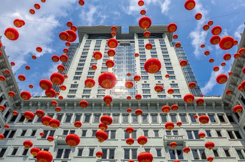 Hong Kong, Cina: Le decorazioni cinesi rosse della ghirlanda della lanterna ornano l'esterno di costruzione dell'hotel della peni fotografie stock