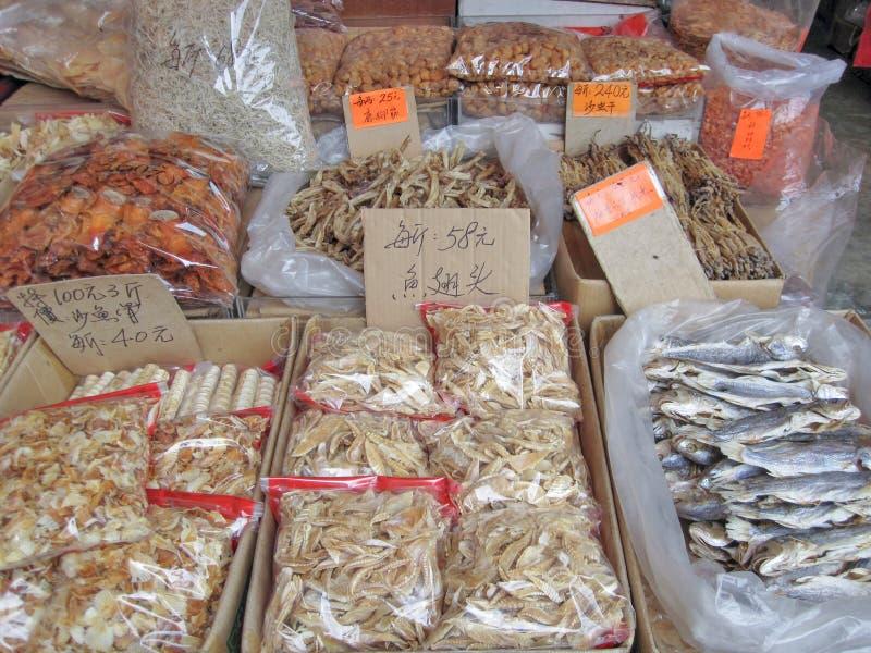 Hong Kong, Cina - 21 luglio 2010: Varietà di alimento secco per vendita nel mercato di strada Hong Kong, alimento locale L'alimen fotografie stock