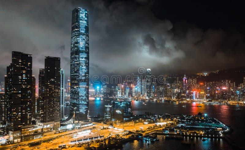Hong Kong-cityscape bij nacht, wolkenkrabbers en lange gebouwen in Victoria Harbour, hommelsatellietbeeld royalty-vrije stock afbeeldingen