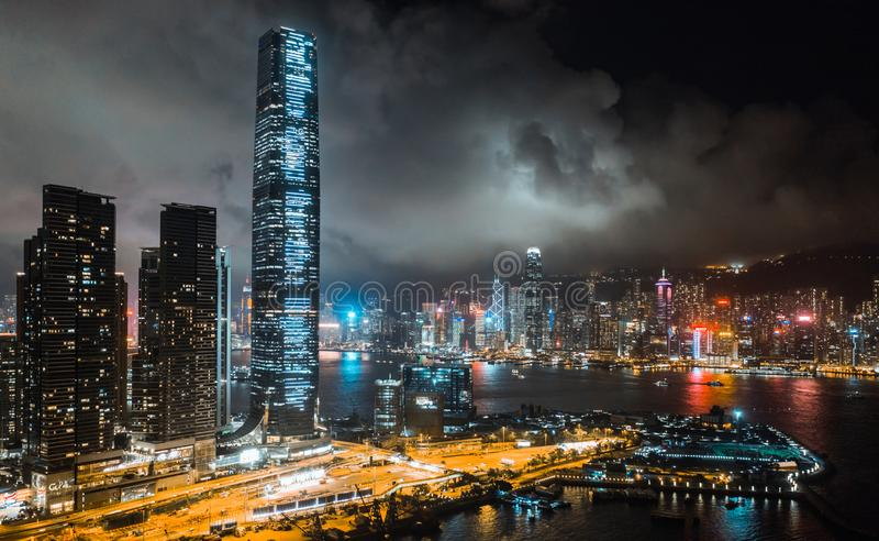 Hong Kong cityscape på natten, skyskrapor och högväxta byggnader på Victoria Harbour, flyg- sikt för surr royaltyfria bilder