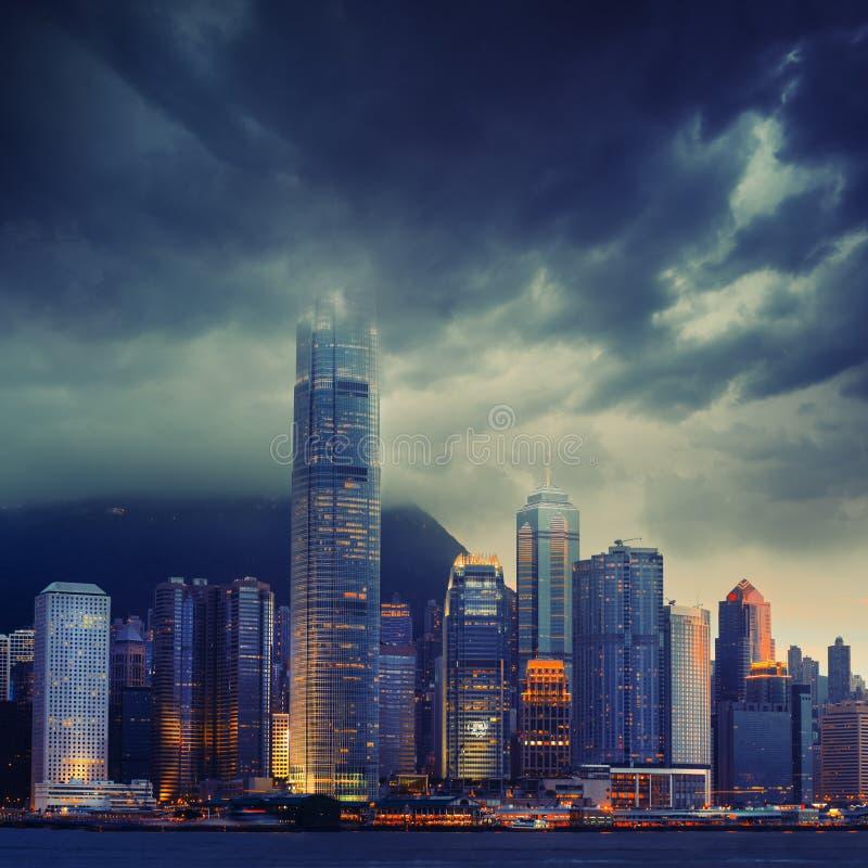 Hong Kong-cityscape in stormachtig weer - verbazende atmosfeer stock afbeelding