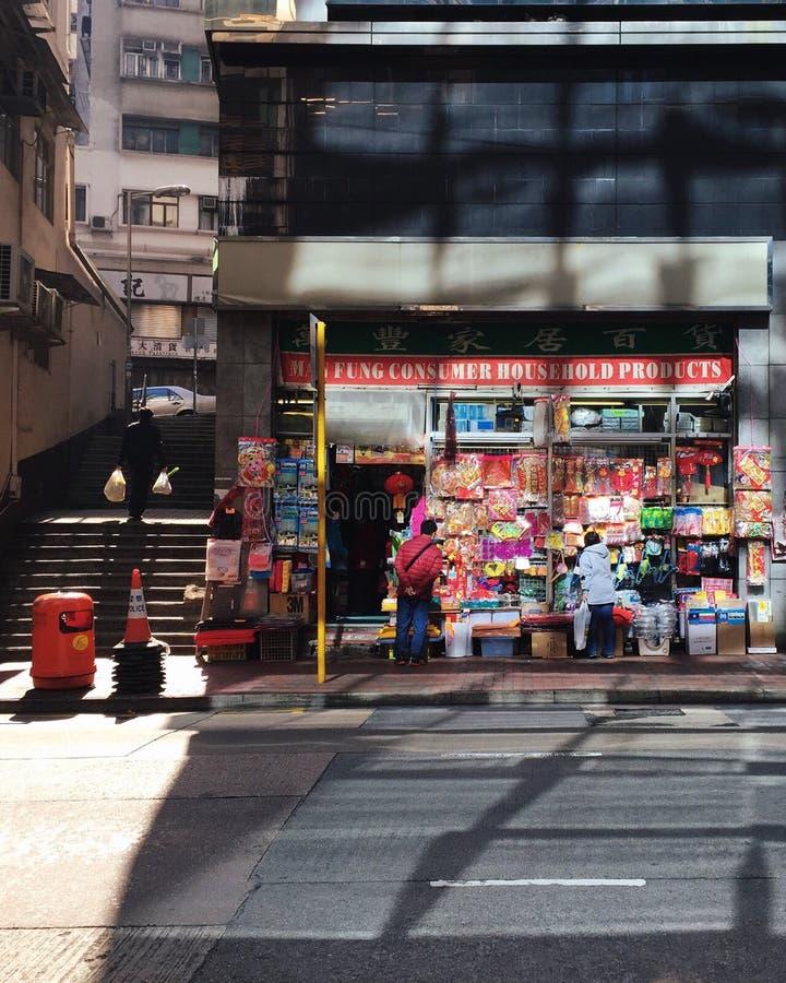 Hong Kong: clientes na loja dos bens domésticos, escadas de ascensão do homem imagem de stock