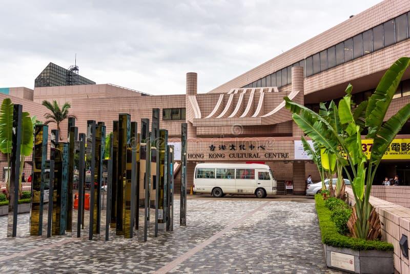 Hong Kong Cultural Center-ingang met kunstvertoning in voorzijde, faciliteit in Tsim Sha Tsui royalty-vrije stock foto