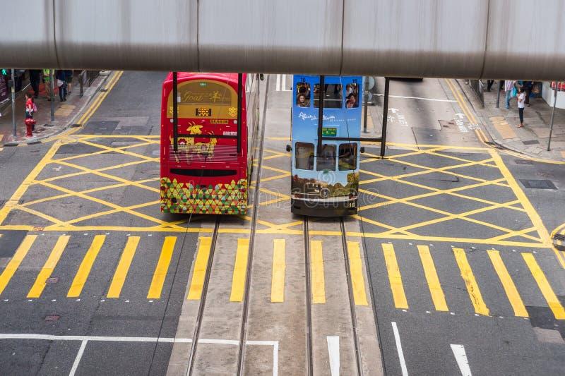 Hong Kong - 7 de abril de 2015: Dos tranvías del autobús de dos pisos fotografía de archivo libre de regalías