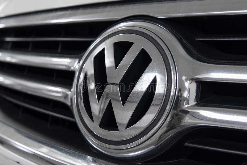 Hong Kong, Hong Kong - 25 de abril de 2018: El primer de la insignia del logotipo de VW de Volkswagen y el coche asan a la parril imagenes de archivo