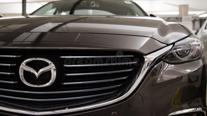 Hong Kong, Hong Kong - 25 de abril de 2018: O close-up do crachá do logotipo de Mazda e o carro grelham no sedan luxuoso dos espo fotos de stock