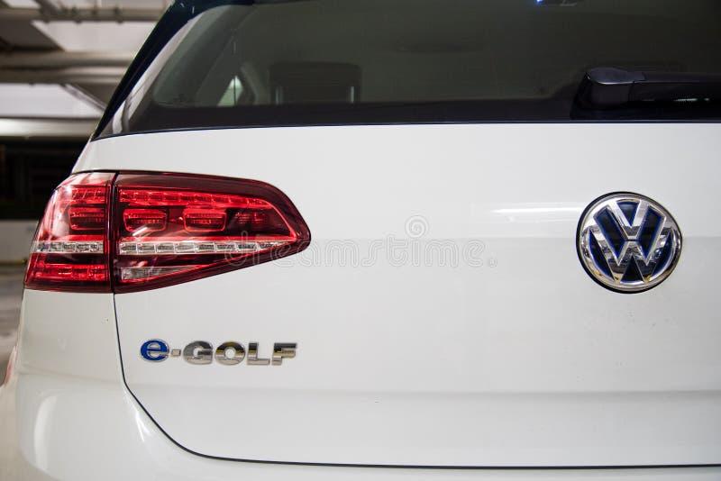 Hong Kong, Hong Kong - 25 de abril de 2018: Primer de la insignia, de las luces traseras y de los detalles del logotipo de VW de  fotos de archivo