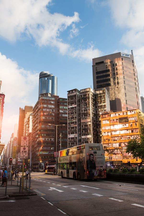 Hong Kong - 8 de agosto de 2018: Cuervo céntrico de la escena de la calle de Hong Kong fotografía de archivo libre de regalías
