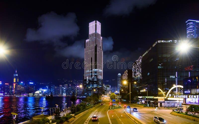 Hong Kong - 7 de agosto de 2018: Horizonte de Hong Kong y opinión de la escena de la calle del puerto de Victoria en la noche imagenes de archivo