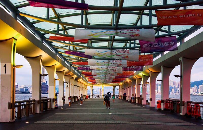 Hong Kong - 8 de agosto de 2018: Opinião central do cais de Hong Kong na área central da cidade com os residentes e os turistas q fotografia de stock