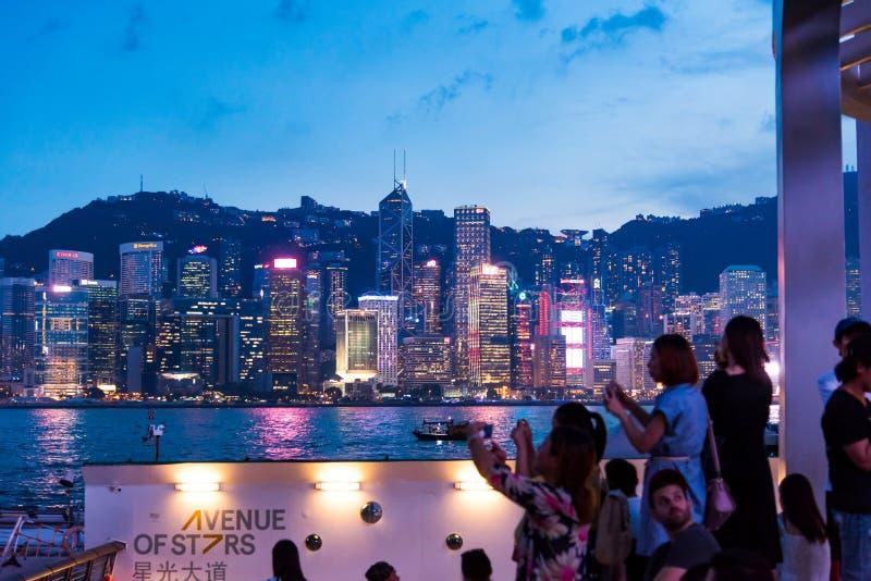 Hong Kong - 7 de agosto de 2018: Turistas que apreciam a opinião Hong K fotos de stock