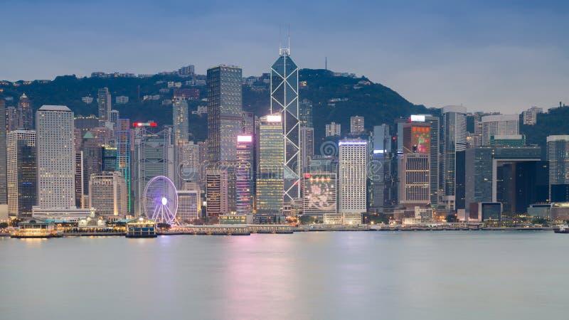 Hong Kong-de bureaubouw over de mening van de zeekustnacht royalty-vrije stock foto's