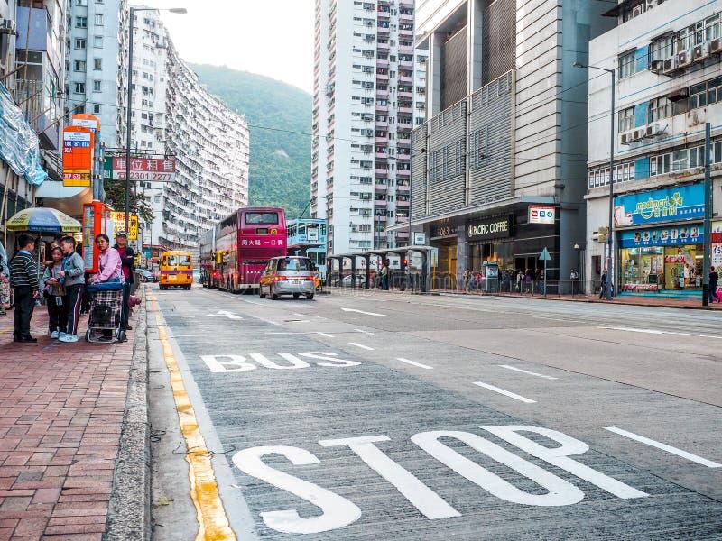 Hong Kong - 9 de dezembro de 2016: A parada do ônibus escreve no asfalto da estrada em Hong Kong foto de stock royalty free
