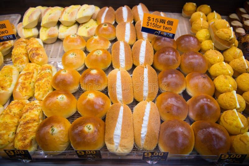 Hong Kong - 11 de enero de 2018: Diverso pan fresco en los estantes imagen de archivo libre de regalías