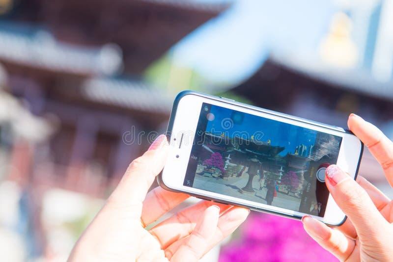 Hong Kong - 12 de enero de 2018: Mano con la imagen tomada smartphone foto de archivo