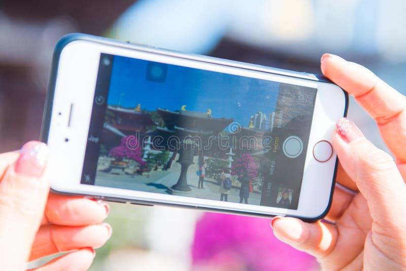 Hong Kong - 12 de enero de 2018: Mano con la imagen tomada smartphone fotos de archivo libres de regalías