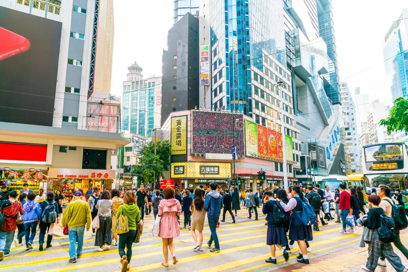 HONG KONG - 21 DE FEBRERO DE 2019: Gente que camina a través del camino de Hennessy, bahía del terraplén en Hong Kong fotografía de archivo libre de regalías