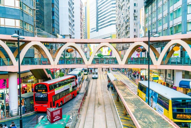 HONG KONG - 21 DE FEBRERO DE 2019: Gente que camina a través del camino de Hennessy, bahía del terraplén en Hong Kong imagenes de archivo