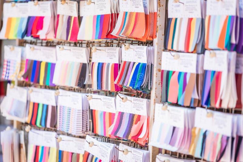 Hong Kong 15 de junho de 2019: Blocos da amostra da cor de fábrica da tela no logro Shui Po imagens de stock royalty free