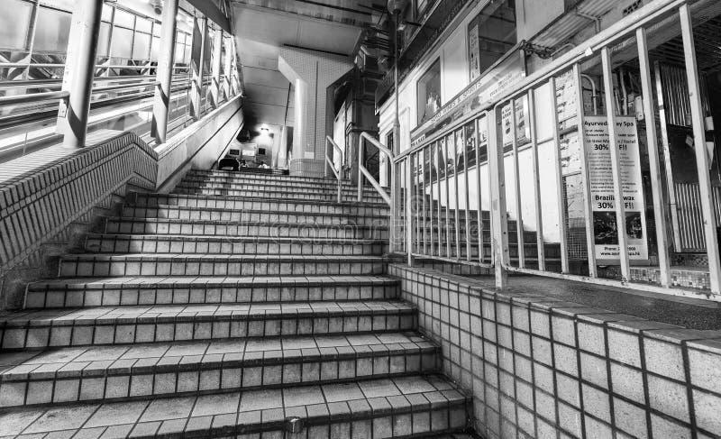 HONG KONG - 7 DE MAYO DE 2014: Escaleras móviles de los Central-Mediados de-niveles en la noche imagen de archivo
