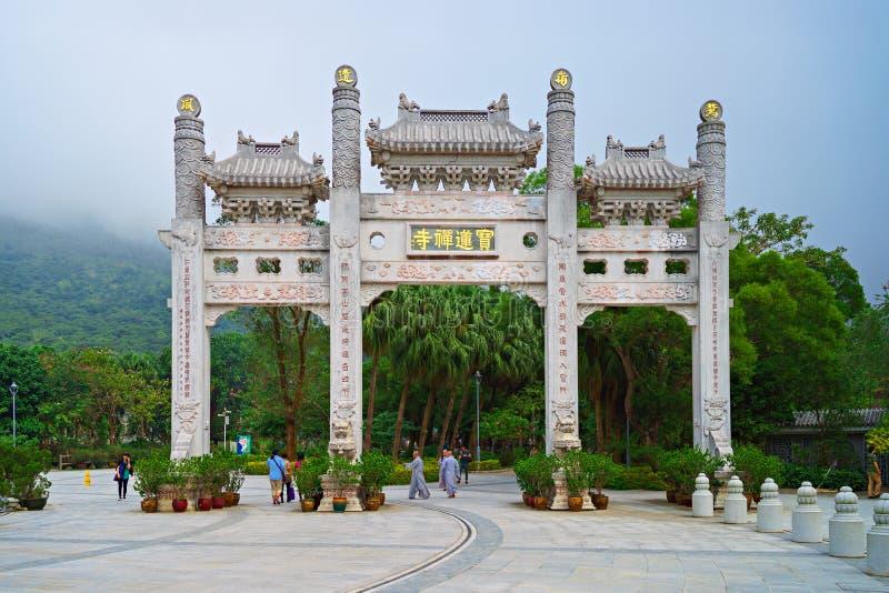 Hong Kong - 20 de noviembre de 2015: Puerta de la entrada al Po Lin Monastery fotografía de archivo