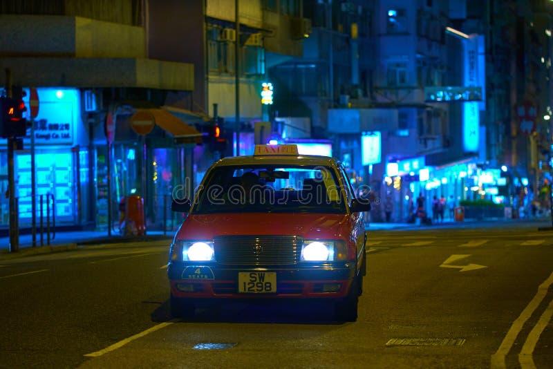 HONG KONG - 5 de septiembre de 2017: Rojo asiático de la escena de la calle de la metrópoli imagenes de archivo