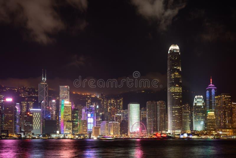 Hong Kong-de stadslaser toont Symfonie van de gebouwen van de het Ori?ntatiepuntwolkenkrabber van het Lichtenpanorama bij Victori stock foto's