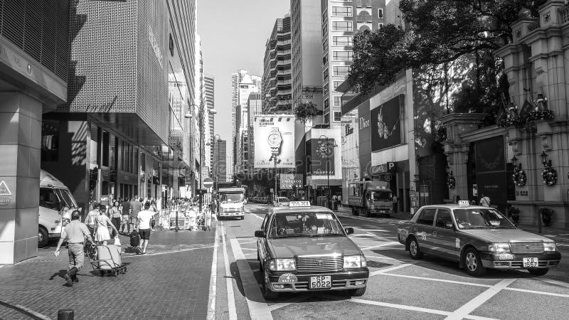 HONG KONG - DEC 10: Czarny i biały brzmienia Hong Kong Toyota korony Confort YXS10 cztery siedzeń Miastowy czerwony taxi na Dec 1 zdjęcia stock