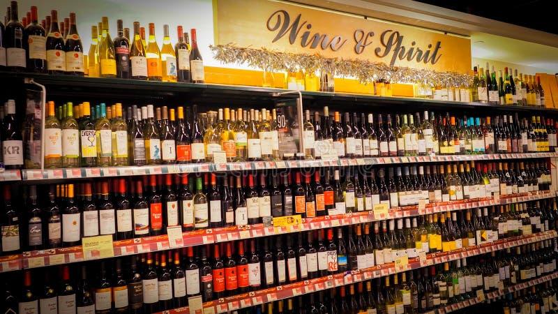 Hong Kong - DEC 11,2016: Prateleiras do vinho com os preços na exposição no vinho da loja & no espírito em Hong Kong, fileiras De foto de stock royalty free