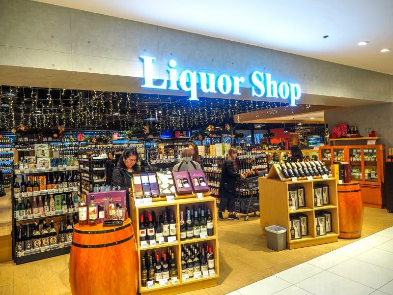 Hong Kong - DEC 9,2016: Prateleiras do vinho com os preços na exposição no vinho da loja & no espírito em Hong Kong, fileiras Def imagens de stock