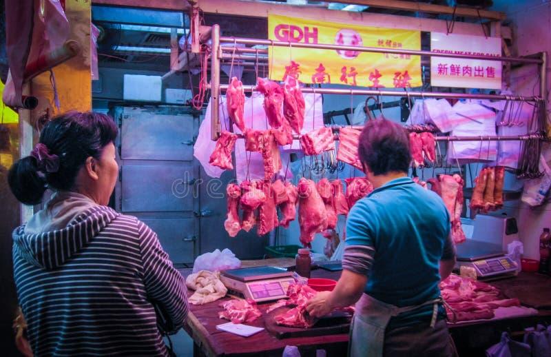 HONG KONG, DEC 2013: Streetside mata el cerdo del corte para arriba en venta en el mercado del Fa Yuen Street en Mong Kok fotos de archivo libres de regalías