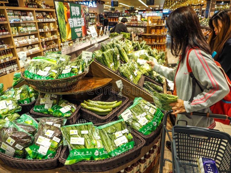 Hong Kong - DEC 9,2016: vegetal de compra no supermercado de Hong Kong, editorialt fotos de stock royalty free
