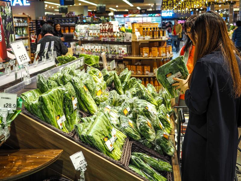 Hong Kong - DEC 9,2016: vegetal de compra no supermercado de Hong Kong, editorialt imagem de stock