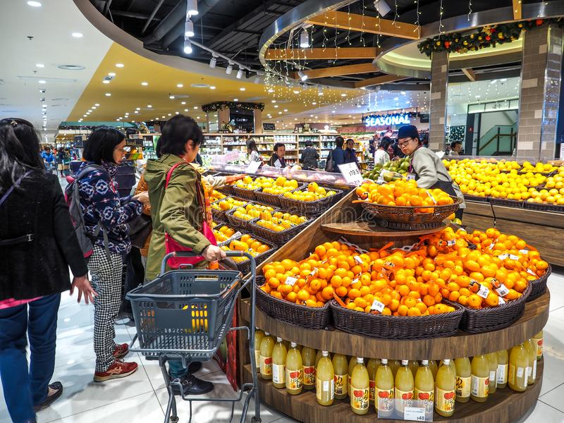 Hong Kong - DEC 9,2016: vegetal e fruto de compra no supermercado de Hong Kong, editorialt fotos de stock
