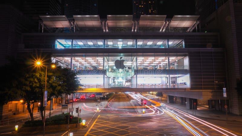 Hong Kong - December 10, 2016: Apple detaljister Shoppare som ut försöker Apple produkter och att shoppa Lokaliserat i internatio royaltyfri foto