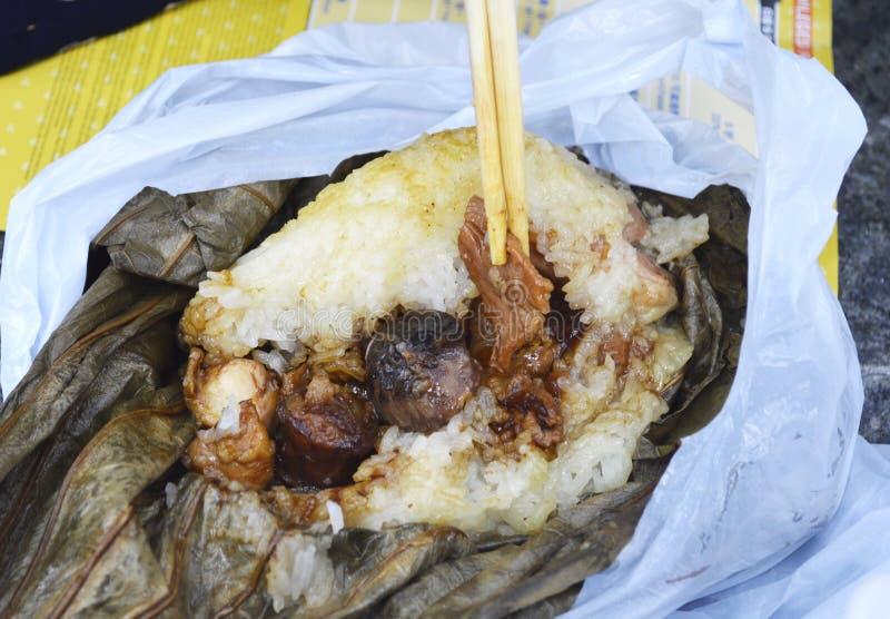 Hong Kong Dim Sum «Lo Mai Gai «Glutinous Rice zawijający w Lotosowym liściu - fotografia stock