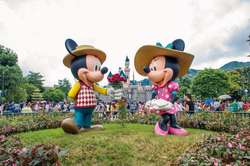 HONG KONG DISNEYLÂNDIA - EM MAIO DE 2015: Mickey e minnie no amor no parque na frente do castelo fotografia de stock