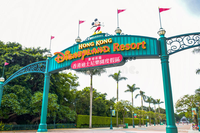HONG KONG DISNEYLAND - MAI 2015 : Signage d'entrée de Disneyland photographie stock libre de droits