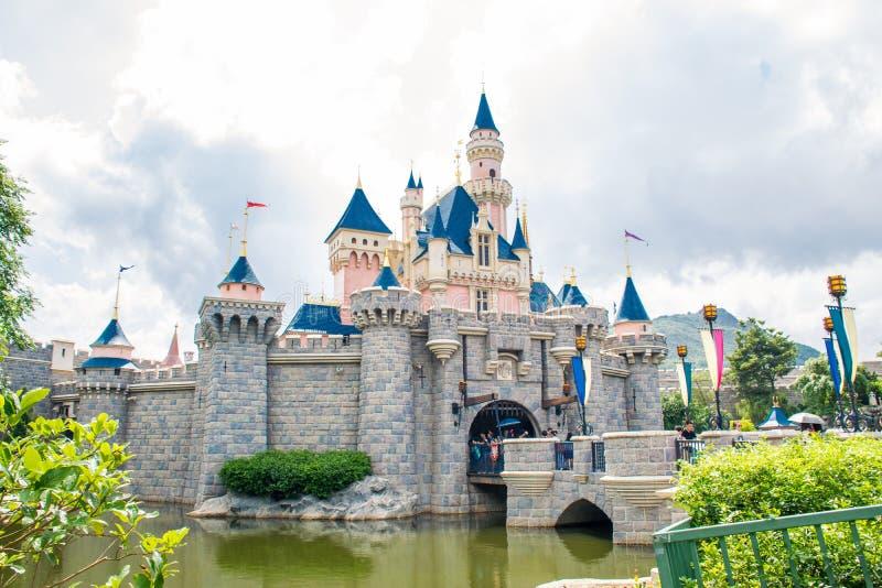 HONG KONG DISNEYLAND - MAYO DE 2015: Castillo del ` s de la bella durmiente en Hong Kong Disneyland fotos de archivo