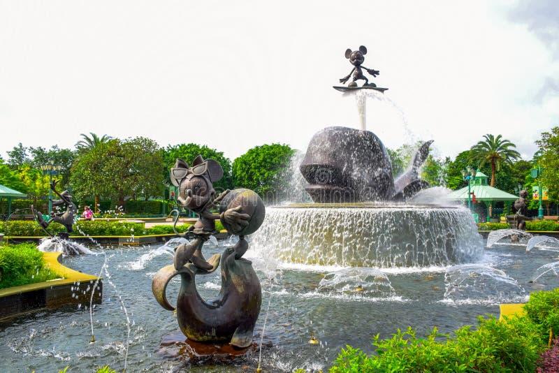 HONG KONG DISNEYLAND - MAYO DE 2015: Fuente de la estatua en la entrada del parque foto de archivo libre de regalías